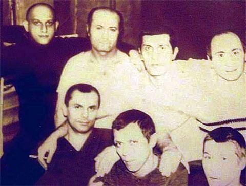 Вверху слева воры в законе: Теймураз Гоголашвили (Цико), Лео Кикнадзе, Паата Твалчрелидзе (Паат Маленький), Михаил Никурадзе (Луа); внизу воры в законе: Резо Гвинцадзе (Резо Батумский), Вячеслав Крылов (Славка Крыл), Александр Егоров (Кошелек)