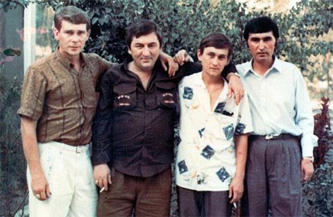 Слева воры в законе: Эдуард Сахнов (Сахно), Датико Цихелашвили (Дато Ташкентский), Виталий Турбин (Турбинка), Юлдаш Ашуров, Ташкент, 1991 год