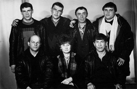 Слева во втором ряду: вор в законе Эдуард Сахнов (Сахно). Впереди слева: авторитет Владимир Податев (Пудель) с женой и вор в законе Николай Зыков (Якутенок)), 1989 год, Хабаровский край