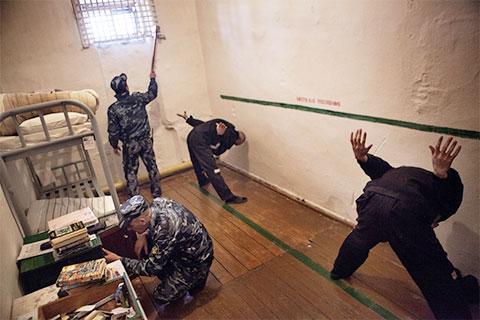"""Обязательная проверка после завтрака в камерах пожизненно осужденных в тюрьме """"Черный беркут"""""""