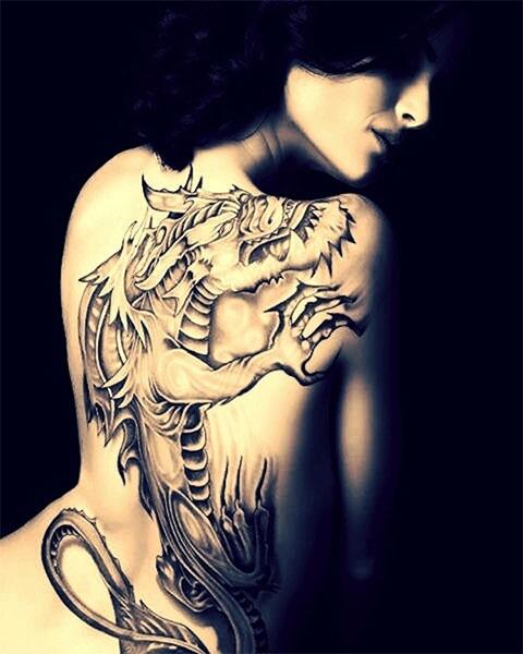 Дракон во всю спину у девушки - фото татуировки
