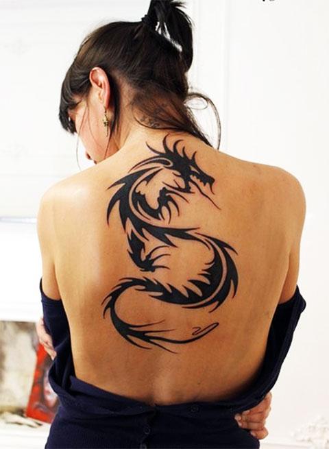 Татуировка дракона на спине у девушки - фото