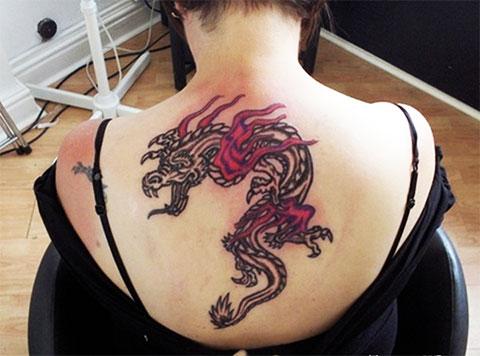 Тату c драконом на спине у девушки