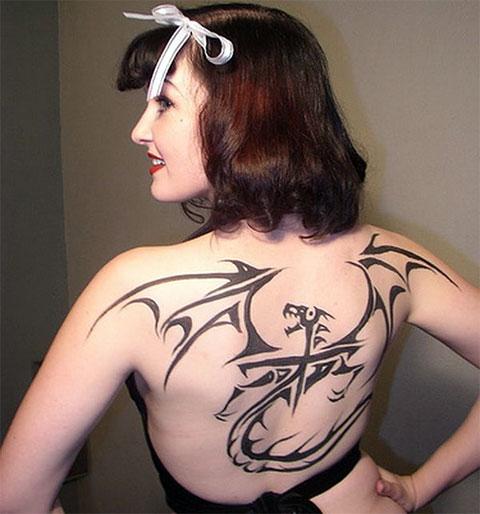 Тату дракон на спине у девушки