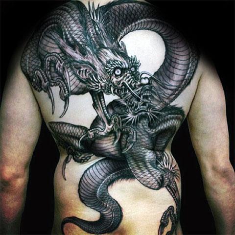 Мужская татуировка дракона на спине