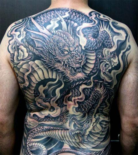 Тату дракона на спине у мужчины