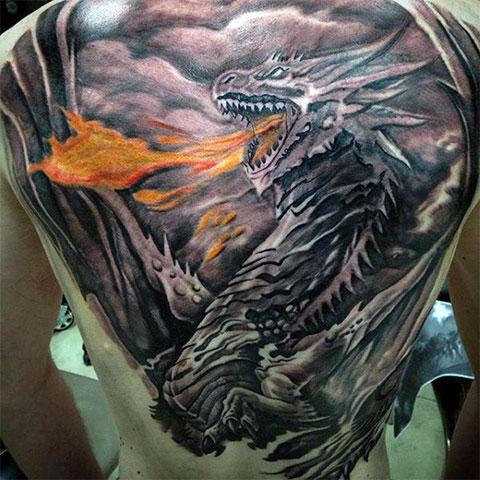 Татуировка огнедышащего дракона на спине