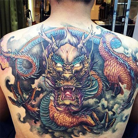 Тату дракона на спине мужчины