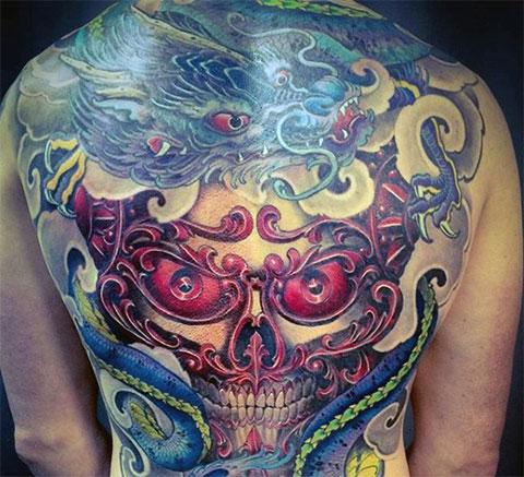 Цветное тату китайского дракона на спине