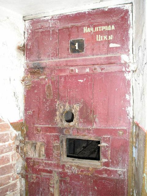 Дверь тюремной камеры в Тобольской тюрьме