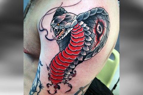 Цветная татуировка кобры на руке