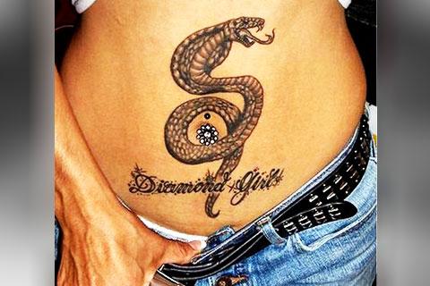 Татуировка с коброй у девушки на животе