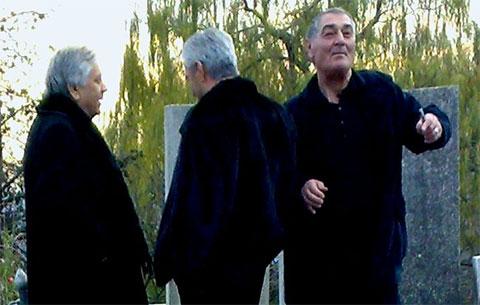Слева воры в законе: Валерий Хашба, Владимир Джибладзе (Мамуло) и Борис Апакия (Апакела) на могиле Жулена