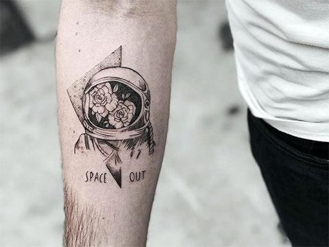 Татуировка на космическую тематику на руке