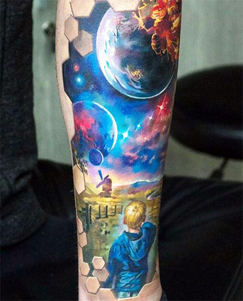 Цветная татуировка космос на руке