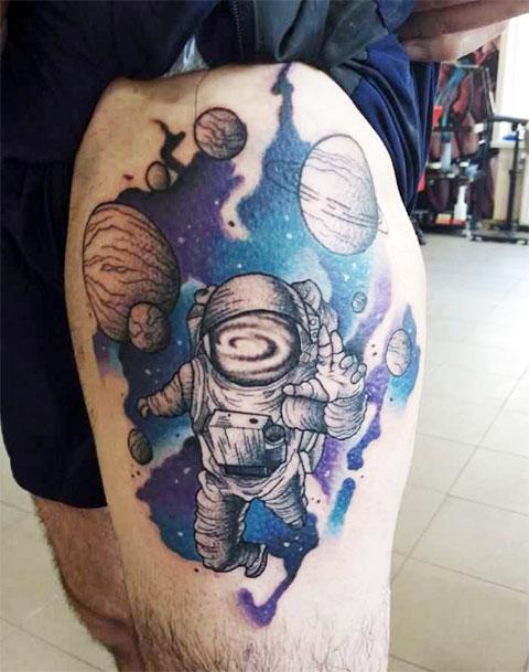 Татуировка с космической тематикой на ноге у мужчины