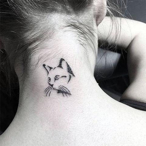 Тату кошка на шее у девушки