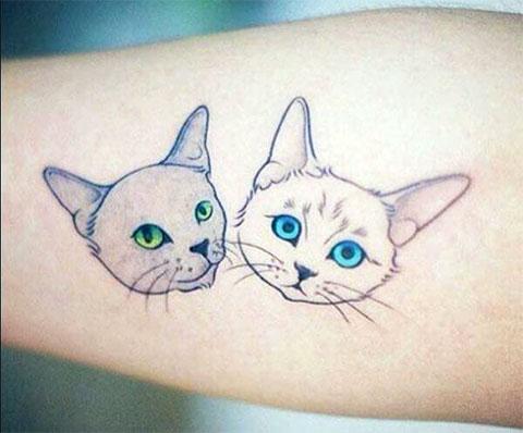 Минималистическая татуировка с кошками на руке