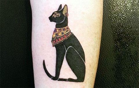 Тату египетская кошка у девушки на руке