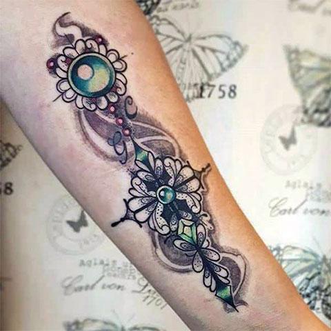 Татуировка крест на руке у девушки