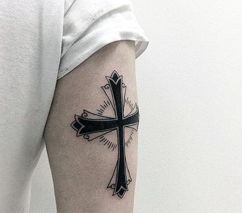 Татуировка креста на руке