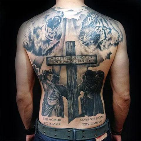 Сюжетная татуировка с крестом на спине