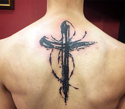 Тату крест на спине