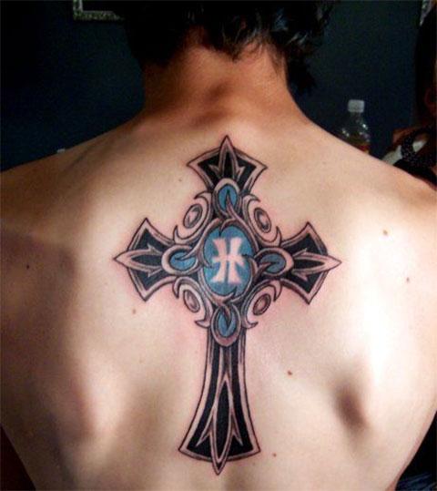 Мужская тату с крестом на спине
