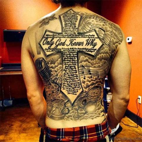 Татуировка с крестом во всю спину у мужчины