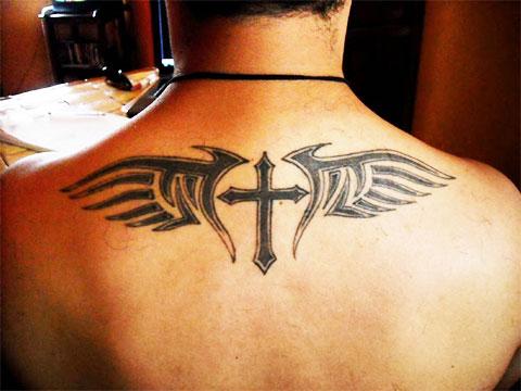 Тату крест с крыльями на спине