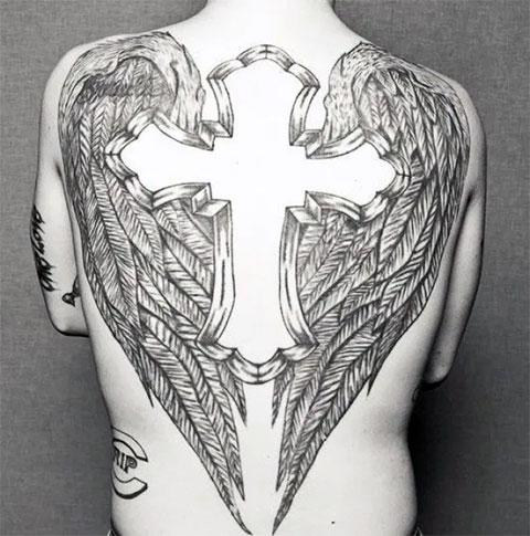 Тату крест с крыльями на спине - фото