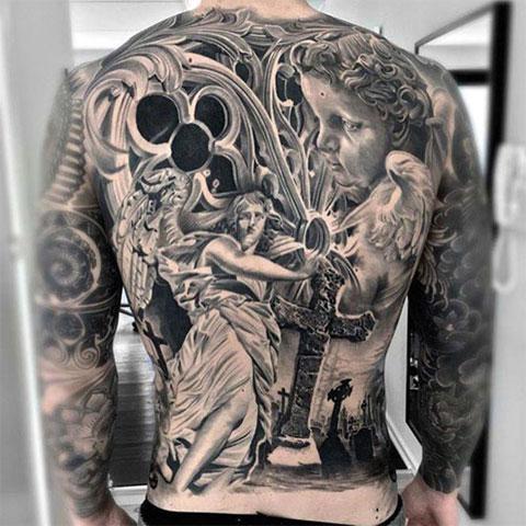 Сюжетная тату с крестом на спине у мужчины