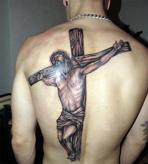 Тату на спине с распятым Иисусом Христом на кресте