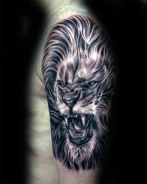 Оскал льва - тату на руке мужчины