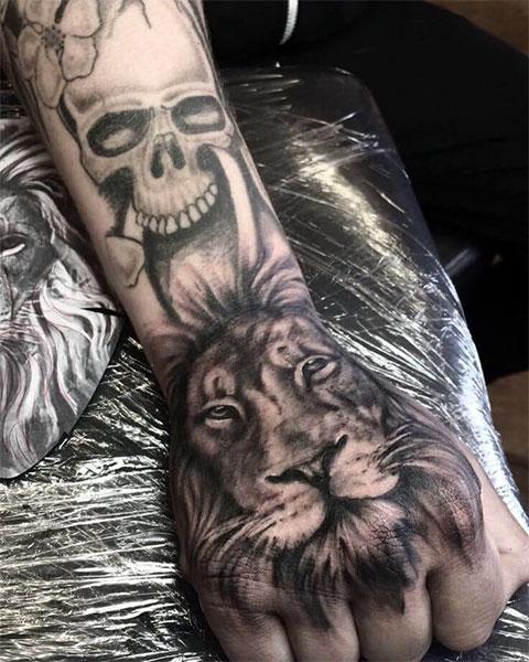 Тату лев на руке для мужчин