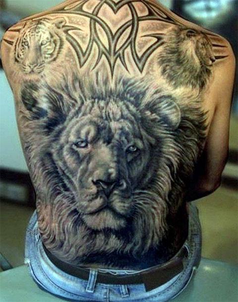 Тату лев во всю спину у мужчины