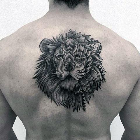 Тату льва на спине мужчины