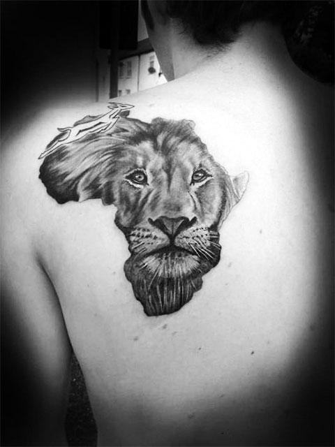Тату лев на лопатке мужчины