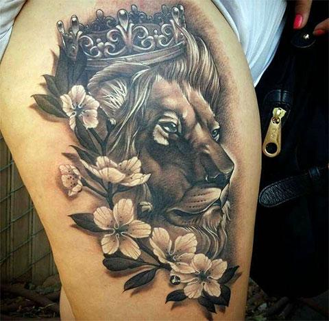 Тату лев с короной на бедре