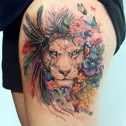 Тату с цветным львом на бедре