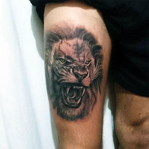 Тату льва на бедре мужчины