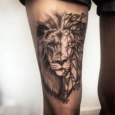 Татуировка льва на бедре мужчины - фото