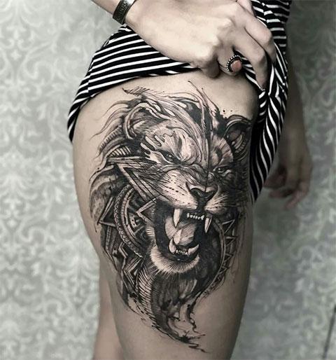 Тату оскал льва на бедре