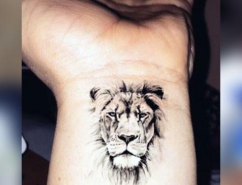 Тату лев на запястье