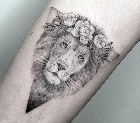 Тату лев на запястье у девушки