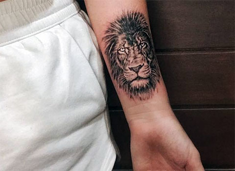 Тату льва на левой руке на запястье