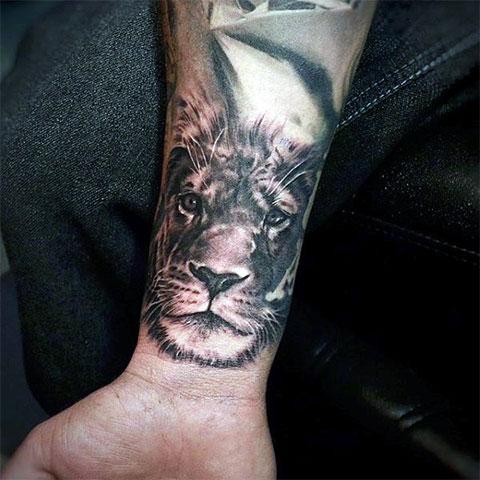 Тату лев на запястье для мужчин