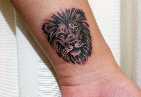 Тату льва на запястье - мужской вариант