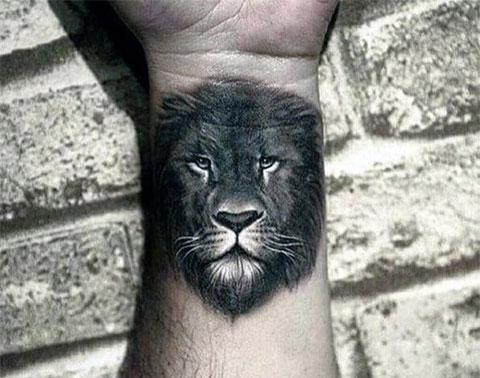 Лев на запястье - фото татуировки