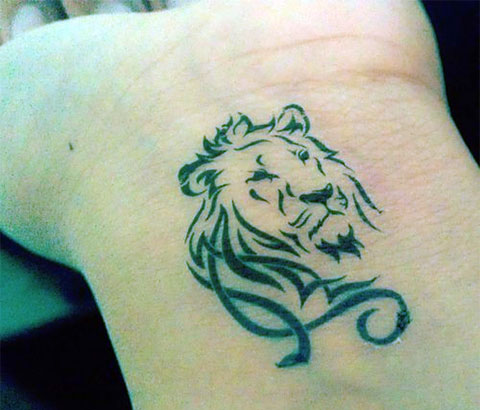 Тату лев на запястье - фото